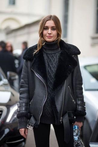 Wie kombinieren: schwarze Lammfelljacke, schwarzer Strick Rollkragenpullover, schwarze enge Jeans