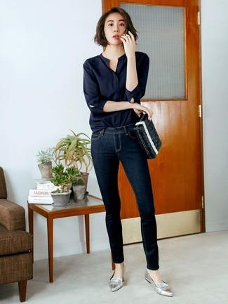 Wie kombinieren: schwarze Langarmbluse, dunkelblaue enge Jeans, silberne Leder Slipper