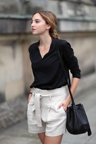 Wie kombinieren: schwarze Langarmbluse, hellbeige Leinen Shorts, schwarze Leder Beuteltasche