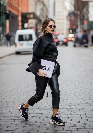 Wie kombinieren: schwarze Langarmbluse, schwarze Karottenhose aus Leder, schwarze Sportschuhe