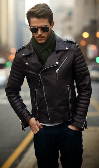 Erwägen Sie das Tragen von einer schwarzen Leder Bikerjacke und dunkelblauen Jeans für ein sonntägliches Mittagessen mit Freunden.