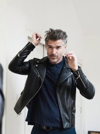 Kombinieren Sie eine Schwarze Leder Bikerjacke mit einer Dunkelblauen Chinohose für einen bequemen Alltags-Look.