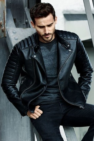 Wie kombinieren: schwarze gesteppte Leder Bikerjacke, dunkelgraues Sweatshirt, schwarze enge Jeans