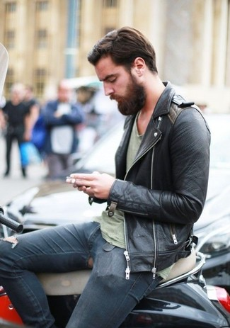 Tragen Sie eine Schwarze Leder Bikerjacke und Dunkelblauen Enge Jeans mit Destroyed-Effekten, um mühelos alles zu meistern, was auch immer der Tag bringen mag.