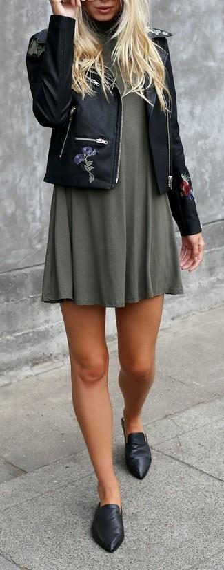Schwarze bestickte Bikerjacke kombinieren – 4 Damen Outfits: Eine schwarze bestickte Bikerjacke und ein olivgrünes schwingendes Kleid garantieren einen mühelos entspannten Look und erleichtern zudem das Zusammenstellen einer perfekten Casual-Garderobe. Fühlen Sie sich ideenreich? Wählen Sie schwarzen Leder Pantoletten.