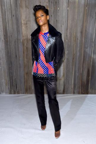 Schwarze leder bikerjacke roter und dunkelblauer vertikal gestreifter pullover mit einem rundhalsausschnitt schwarze anzughose aus satin large 29939