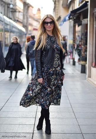 Wie kombinieren: schwarze beschlagene Leder Bikerjacke, schwarzes Midikleid mit Blumenmuster, schwarze kniehohe Stiefel aus Wildleder