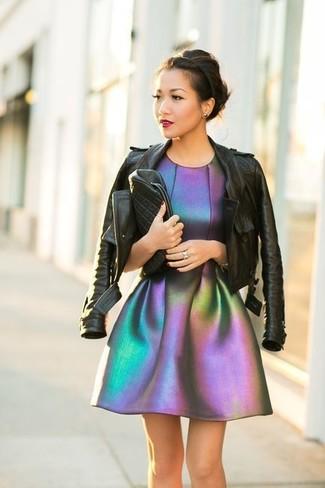 Wie kombinieren: schwarze Leder Bikerjacke, silbernes ausgestelltes Kleid, schwarze gesteppte Leder Clutch