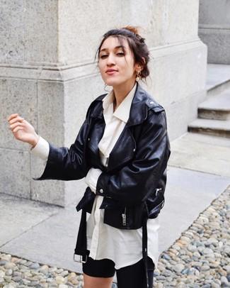 Wie kombinieren: schwarze Leder Bikerjacke, weißes Businesshemd, schwarze Radlerhose