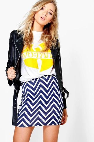 Schwarze Leder Bikerjacke, Weißes und gelbes bedrucktes T-Shirt mit Rundhalsausschnitt, Weißer und blauer Chevron Minirock für Damen
