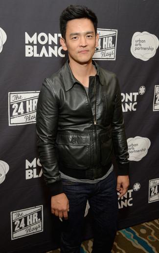 Wie kombinieren: schwarze Leder Bomberjacke, graues T-Shirt mit einem Rundhalsausschnitt, dunkelblaue Jeans