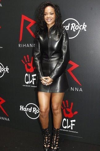 Wie kombinieren: schwarze Leder Bomberjacke, schwarzer Leder Minirock, schwarze Leder Stiefeletten mit Ausschnitten