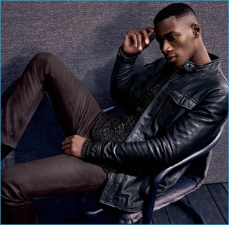 Wie kombinieren: schwarze Leder Bomberjacke, schwarzer Strickpullover, dunkelbraune Jeans