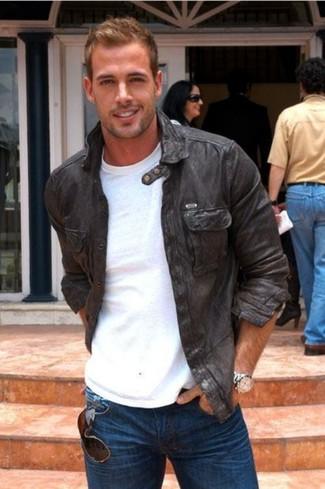 Wie kombinieren: schwarze Leder Bomberjacke, weißes T-Shirt mit einem Rundhalsausschnitt, dunkelblaue Jeans