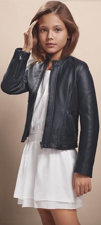 Wie kombinieren: schwarze Lederjacke, weißes Chiffonkleid