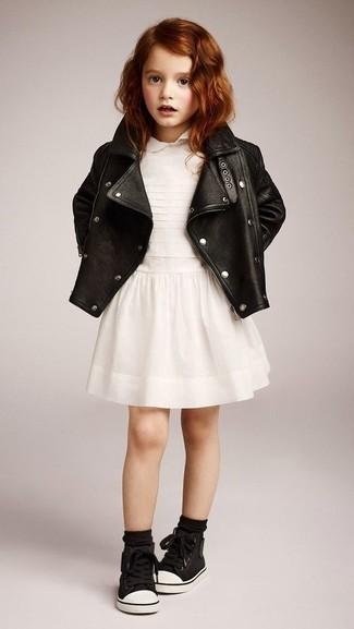 Wie kombinieren: schwarze Lederjacke, weißes Kleid, schwarze Turnschuhe