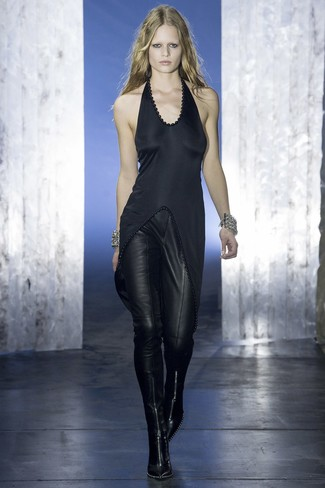 schwarze Satintunika, schwarze enge Hose aus Leder, schwarze Leder mittelalte Stiefel für Damen