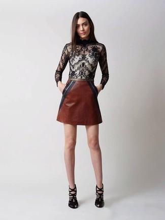 Wie kombinieren: schwarze Spitze Langarmbluse, brauner Leder Minirock, schwarze Wildleder Sandaletten