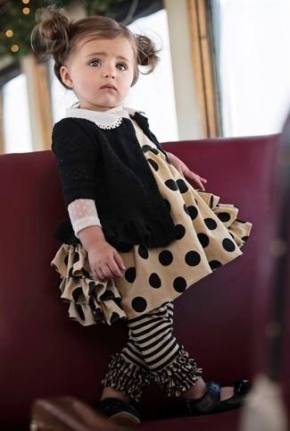 Wie kombinieren: schwarze Strickjacke, beige Kleid, schwarze Ballerinas