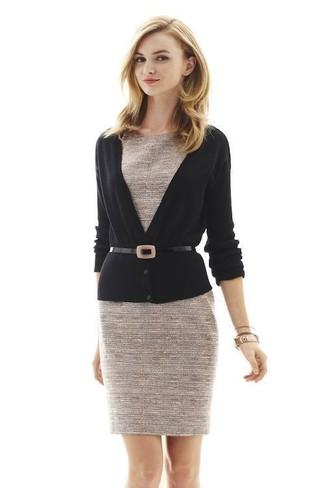 Wie kombinieren: schwarze Strickjacke, hellbeige Tweed Etuikleid, schwarzer Leder Taillengürtel