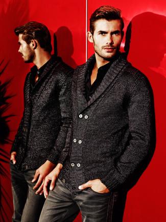 Wie kombinieren: schwarze Strickjacke mit einem Schalkragen, schwarzes Langarmhemd, schwarze Jeans