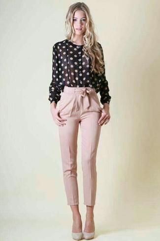 Wie kombinieren: schwarze und weiße gepunktete Bluse mit Knöpfen, rosa Karottenhose, graue Leder Pumps