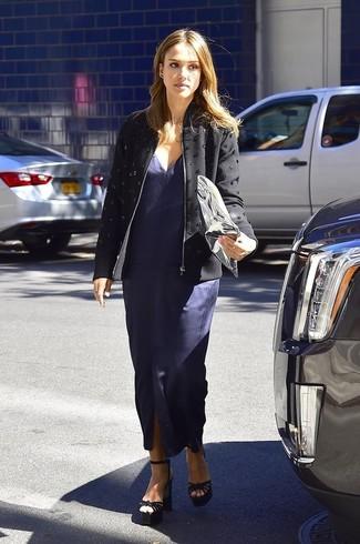 Jessica Alba trägt Schwarze verzierte Jacke, Dunkelblaues Maxikleid mit Schlitz, Schwarze Wildleder Sandaletten