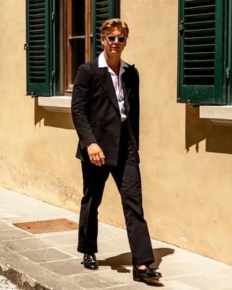 Wie kombinieren: schwarzer Anzug aus Seersucker, weißes Kurzarmhemd, schwarze Leder Slipper mit Quasten