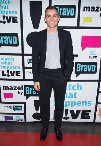 Schwarzer Anzug, Graues T-Shirt mit Rundhalsausschnitt, Schwarze Leder Oxford Schuhe für Herren