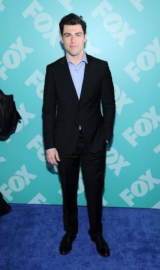 Wie kombinieren: schwarzer Anzug, hellblaues Langarmhemd, schwarze Wildleder Derby Schuhe