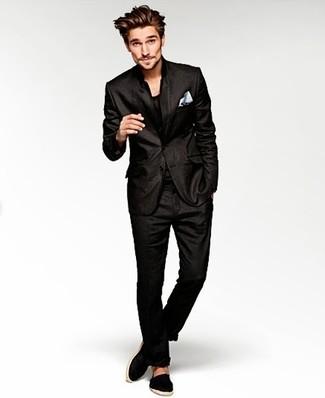 Wie kombinieren: schwarzer Anzug, schwarzes T-Shirt mit einem Rundhalsausschnitt, schwarze Segeltuch Espadrilles