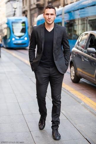 Schwarze Leder niedrige Sneakers kombinieren: trends 2020: Kombinieren Sie einen schwarzen Anzug mit einem schwarzen T-Shirt mit einem V-Ausschnitt, wenn Sie einen gepflegten und stylischen Look wollen. Fühlen Sie sich mutig? Vervollständigen Sie Ihr Outfit mit schwarzen Leder niedrigen Sneakers.