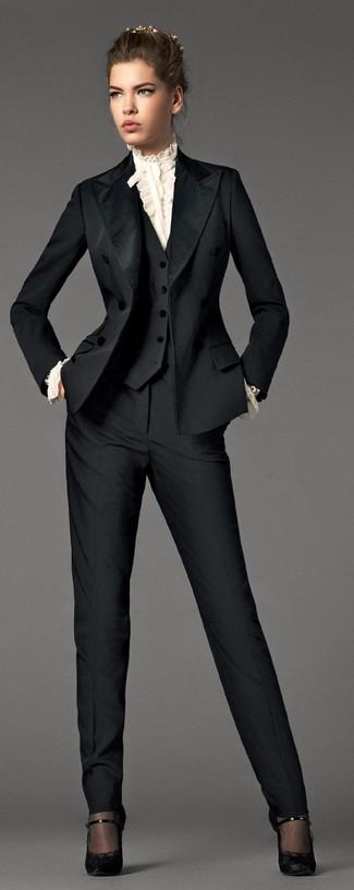 Wie kombinieren: schwarzer Anzug, weiße Langarmbluse mit Rüschen, schwarze Spitze Pumps