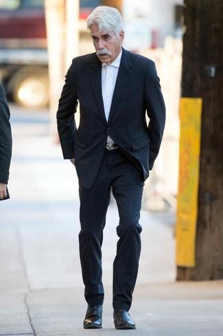 Wie kombinieren: schwarzer Anzug, weißes Businesshemd, schwarze Chelsea-Stiefel aus Leder