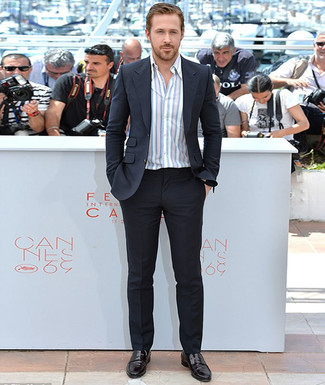Ryan Gosling trägt Schwarzer Anzug, Weißes vertikal gestreiftes Langarmhemd, Schwarze Leder Slipper