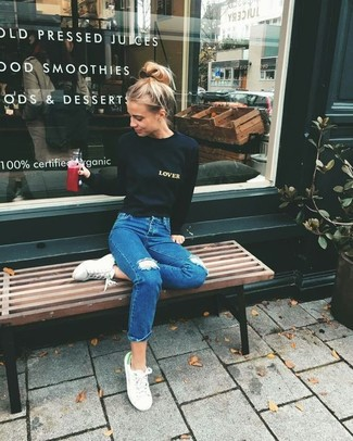 Wie kombinieren: schwarzer bedruckter Pullover mit einem Rundhalsausschnitt, blaue Jeans mit Destroyed-Effekten, weiße niedrige Sneakers