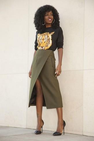 Wie kombinieren: schwarzer bedruckter Pullover mit einem Rundhalsausschnitt, olivgrüner Midirock mit Schlitz, schwarze Leder Pumps