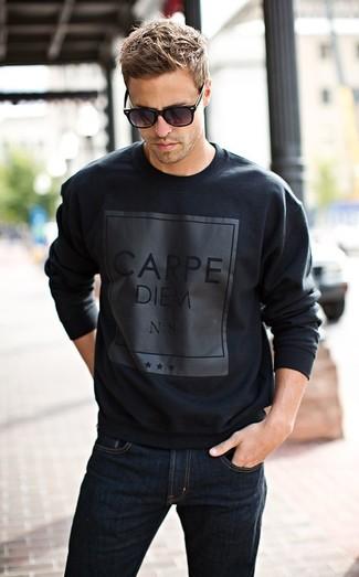 Die Paarung aus einem schwarzen bedruckten Pullover mit einem Rundhalsausschnitt und dunkelblauen Jeans ist eine komfortable Wahl, um Besorgungen in der Stadt zu erledigen.