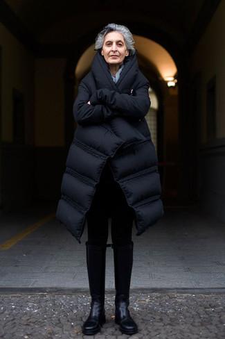 Wie kombinieren: schwarzer Daunenmantel, schwarze Leggings, schwarze kniehohe Stiefel aus Leder
