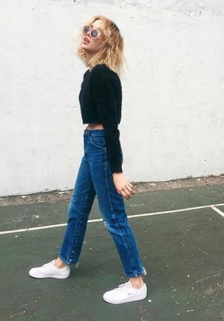 Wie kombinieren: schwarzer flauschiger Pullover mit einem Rundhalsausschnitt, dunkelblaue Jeans, weiße niedrige Sneakers