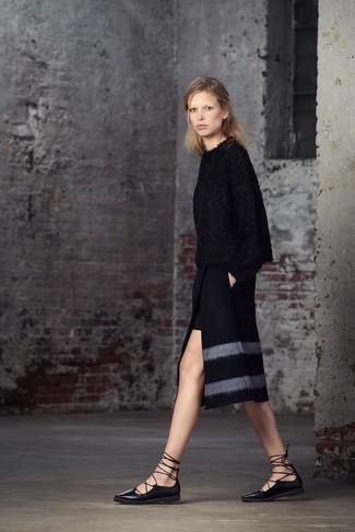 Wie kombinieren: schwarzer flauschiger Pullover mit einem Rundhalsausschnitt, schwarzer Bleistiftrock mit Schlitz, schwarze Leder Ballerinas