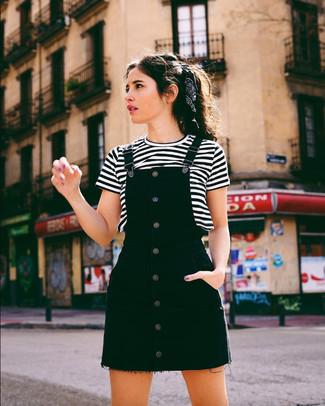 Wie kombinieren: schwarzer Jeans Kleiderrock, weißes und schwarzes horizontal gestreiftes T-Shirt mit einem Rundhalsausschnitt