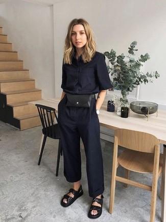 Schwarze flache Sandalen aus Leder kombinieren – 201 Damen Outfits: Erwägen Sie das Tragen von einem schwarzen Jumpsuit, um ein ultralässiges aber schickes Outfit zu erzielen. Fühlen Sie sich ideenreich? Komplettieren Sie Ihr Outfit mit schwarzen flachen Sandalen aus Leder.
