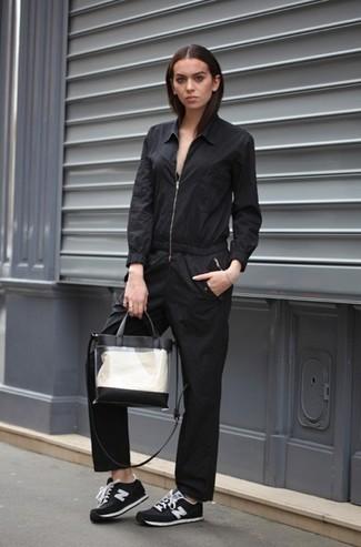 Wie kombinieren: schwarzer Jumpsuit, schwarze und weiße Wildleder niedrige Sneakers, transparente Gummi Shopper Tasche