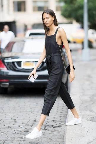 Wie kombinieren: schwarzer Jumpsuit, weiße Leder niedrige Sneakers, schwarze Leder Umhängetasche