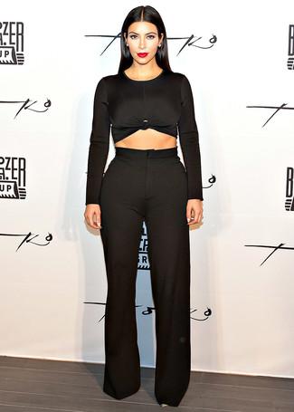 Kim Kardashian trägt Schwarzer Kurzer Pullover, Schwarze Weite Hose