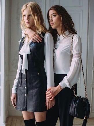 Wie kombinieren: schwarzer Leder Kleiderrock, weiße Seide Langarmbluse, schwarze Overknee Stiefel aus Wildleder