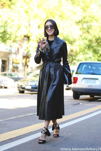 Wie kombinieren: schwarzer Leder Trenchcoat, schwarze Wildleder Sandaletten, schwarze Leder Clutch