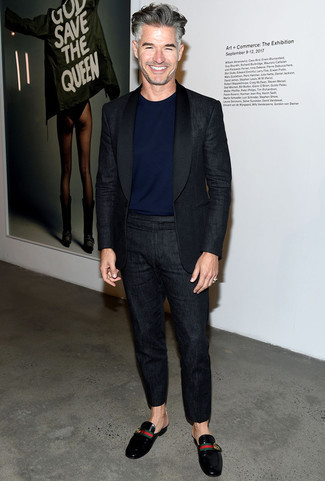 Schwarze Leder Slipper kombinieren: trends 2020: Tragen Sie einen schwarzen Leinen Anzug und ein dunkelblaues T-Shirt mit einem Rundhalsausschnitt für einen für die Arbeit geeigneten Look. Schalten Sie Ihren Kleidungsbestienmodus an und machen schwarzen Leder Slipper zu Ihrer Schuhwerkwahl.