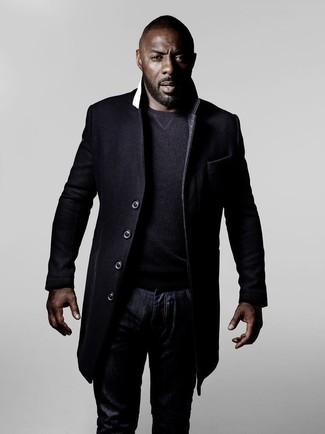 Idris Elba trägt Schwarzer Mantel, Dunkelgrauer Pullover mit Rundhalsausschnitt, Dunkelblaue Jeans